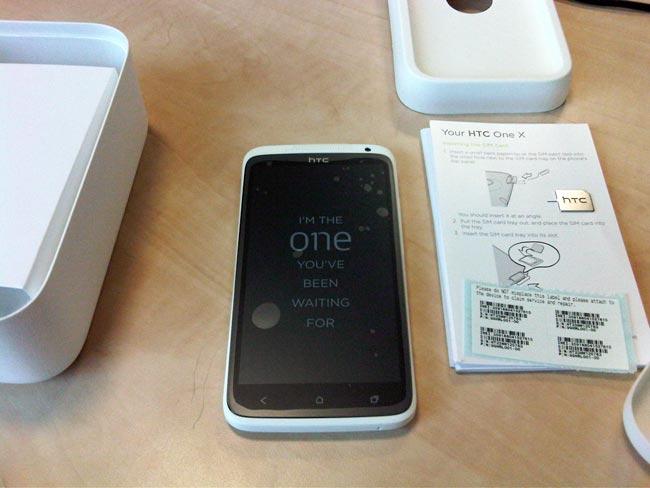 HTC One X pakket ud på bordet